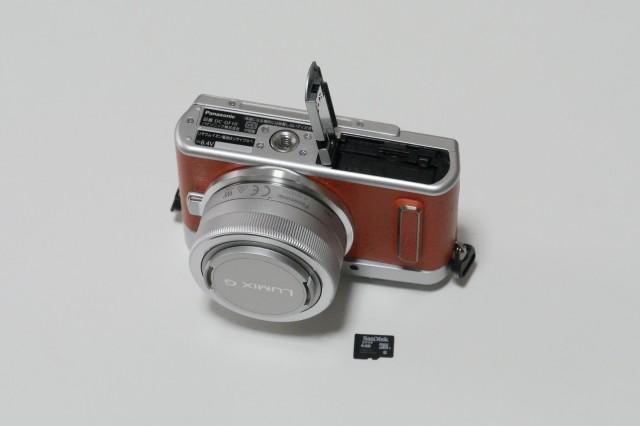 カメラとSDカードの大きさ比較