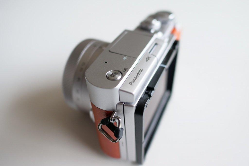 金属リングつきのカメラ